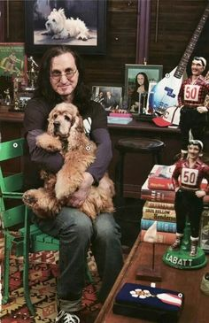 Cat People — Geddy Lee with his dog in the April 2009 issue of. Greatest Rock Bands, Best Rock, Great Bands, Cool Bands, Rush Music, Rush Concert, A Farewell To Kings, Rush Band, Geddy Lee