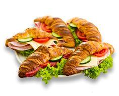 Locker, blättriges Feingebäck herzhaft belegt mit einer aromatischen Schinken/Käse Kombination und feiner Salami an Gürkchen und Tomatenscheiben. Frisch angerichtet auf Blattsalat.
