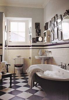 salle de bain avec carrelage blanc-noir, salle de bain avec peinture murale, couleur taupe