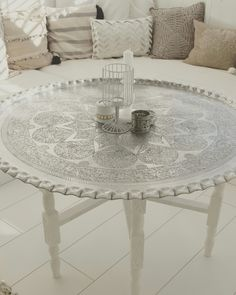 The coffee table is an essential element of the living room furniture. Placed in the heart of the room, it is a real decorative asset and must be attractive. Moroccan Decor Living Room, Moroccan Bedroom, Moroccan Interiors, Living Room Decor, Living Spaces, Bedroom Decor, Decor Room, Dining Room, Modern Moroccan