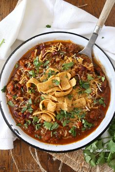 This slow cooker pumpkin chili is packed full of pumpkin puree, spicy Italian sausage and lots of beans and vegetables. This hearty soup is perfect for cold winter nights. Pumpkin Chilli, Pumpkin Soup, Pumpkin Puree, Canned Pumpkin, Slow Cooker Recipes, Crockpot Recipes, Chili Recipes, Soup Recipes, Cooking Recipes