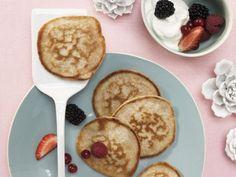 Buttermilch-Vollkorn-Pancakes mit Quark und Beeren: Bei diesem Pfannkuchentraum mit frischen Früchten läuft kein Genießer in die Fett-Zucker-Falle.