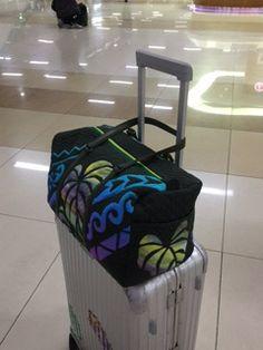 キャシー中島『金浦空港に着きました』 Hawaiian Quilt Patterns, Hawaiian Quilts, Tropical Design, Purse Patterns, Quilted Bag, Applique Quilts, Bag Making, Purses And Bags, Quilting