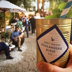 Dieses Wochenende macht Grey Goose den Garten vom Cafe Reitschule zur Boulangerie Bleue! Wir verlosen 3 x 2 Gästelistenplätze für Samstag Abend. Nennt oder verlinkt einfach in den Kommentaren die Person mit der ihr kommen wollt. Am Freitag um 16 Uhr losen wir die Gewinner aus. #greygoose #boulangeriebleue #flybeyond #vodka #wodka #legrandfizz #gewinnen #gewinnspiel #gästeliste #cafereitschule