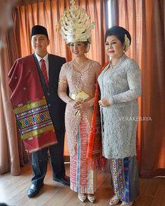Instagram photo by verakebaya - @adistierlina , Ibu Agus & Adik Pengantin ... ❤️ #mandailing  ___ Kebaya : @verakebaya  Make up pengantin : @marlenehariman  ___ #batakmandailing #ulosbatak #batakwedding #akadnikah