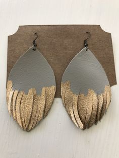 Jewelry Making Ideas Hand Made Leather Earrings in Grey with Gold Diy Leather Earrings, Diy Earrings, Leather Jewelry, Earrings Handmade, Handmade Jewelry, Diy Leather Accessories, Hoop Earrings, I Love Jewelry, Jewelry Design
