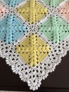 This Pin was discovered by gul Baby Afghan Crochet Patterns, Crochet Square Patterns, Crochet Quilt, Crochet Squares, Crochet Granny, Baby Blanket Crochet, Crochet Motif, Crochet Yarn, Crochet Flower Tutorial