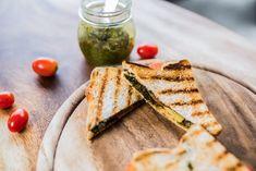 Sandwich à la mozzarella, aux tomates et au pesto Sandwiches, Boite A Lunch, Mozzarella, Pesto, Bread, Food, Wraps, Lunch Recipes, Brot
