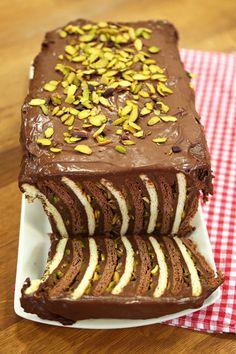 Petibör Pasta Malzemeleri  Puding için Malzemeler 1 litre süt 1,5 su bardağı un ½ su bardağı kakao 1,5 su bardağı toz şeker 1 paket vanilya 150 gr. tereyağı 1,5 su bardağı bitter çikolata – piştikten sonra  Katları için Malzemeler 1 paket kakaolu pötibör bisküvi 1 paket sade pötibör bisküvi File antep fıstık  Puding için olan çikolata hariç tüm malzemeleri büyükçe bir tencereye alıp iyice karıştırın, ardından ocağa alın ve iyice kıvam alıp, un kokusu çıkana kadar pişirin.  Puding pişince…