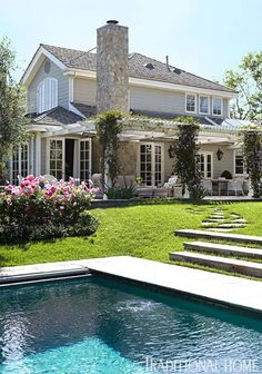 Simplified Living in an Elegant California Home A home & a backyard like this -- the traditional elegance would make her feel that she's 'arrived.' Elegant California Home - Traditional Home® California Homes, Brentwood California, House Goals, Traditional House, My Dream Home, Dream Homes, Exterior Design, Exterior Paint, Future House