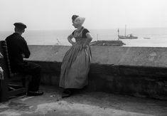 Man en vrouw in klederdracht van Walcheren, Zeeland (1950-1960)