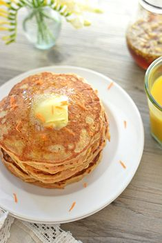 Carrot Cake Pancakes- Light and fluffy Carrot Cake Pancakes drizzled in a maple-walnut syrup. It's the perfect way to welcome the spring season! Really nice recipes. Every hour. Crepes And Waffles, Breakfast Waffles, Breakfast Recipes, Healthy Low Calorie Meals, Healthy Eating, Healthy Recipes, Oatmeal Dessert, Carrot Cake Pancakes, Morning Food