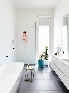 aménager une petite salle de bain blanche