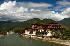 Punakha Dzong, Bhutan Forest Garden, Bhutan, I Am Awesome, Mansions, House Styles, Building, Monuments, Life, Home Decor