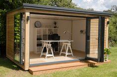 Deze houten bijgebouwen maken van je tuin een nieuwe kamer. Ontdek wat je allemaal kan doen met weinig middelen. Tuinkantoor, buitenkeuken, ontspanning,...