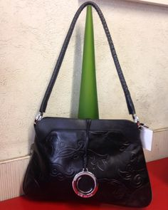 Toda mulher adora uma bolsa preta ! #LuzDaLua #Couro #ombro #maravilhosa  #brechócamarimtododianovidade  #brecho .