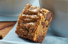 A touch of coffee gives these delectable homemade blondies their scrumptious flavour. Serve these Blonde Coffee Blondies with a cup of the real thing for a sweet treat. Coffee Brownies, No Bake Brownies, No Bake Desserts, Dessert Recipes, Baking Recipes, Cookie Recipes, Vietnamese Iced Coffee, Chocolate Chip Oatmeal, What To Cook
