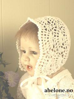 Heklet Dåpslue HVIT Modell 503 Str. 3-6 mnd. Vakker håndheklet kremfarget dåpskjole til jente og gutt med nydelige blonder. Hvitt satengånd. 100% Bomull Farge: HVIT Str. 3-6 mnd. På...