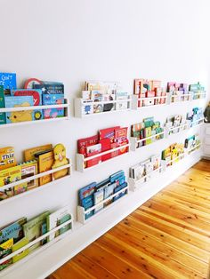 Wall Bookshelves Kids, Diy Bookshelf Wall, Gutter Bookshelf, Bookshelf Ideas, Kids Library, Ideas Para Organizar, Toy Rooms, Wall Storage, Diy For Kids