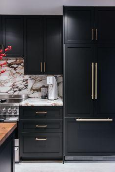 Farmhouse kitchen ideas with black kitchen cabinets. Farmhouse kitchen decor to try in Black Kitchens, Luxury Kitchens, Home Kitchens, Home Decor Kitchen, New Kitchen, Kitchen Ideas, 10x10 Kitchen, Interior Modern, Interior Design Kitchen