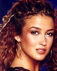 Katja Schuurman, Nederlands actrice en presentatrice stond bekend om haar haren en haar oorringen. Kopieer de look door je haar lekker los en wild te dragen en een paar grote oorringen in je oren te hangen. En nu pruilen maar.