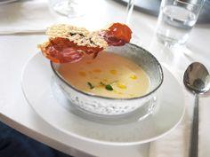 Jordärtskockssoppa med parmachips och parmesanchips Hösten är den perfekta årstiden för soppor! Både soppa och tillbehör kan förberedas.