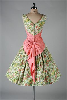 The back of the dress, this just keep getting better. Vintage 1950s dress.