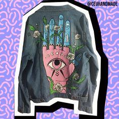 Jaqueta customizada pintada à mão feita na collab entre Céu Handmade + Youcom. A arte da jaqueta foi feita a pedido ou inspirada nas informações de cada cliente que comprava pelo e-commerce da Youcom.   Custom statement jacket Handpainted jacket Denim jacket Denim art