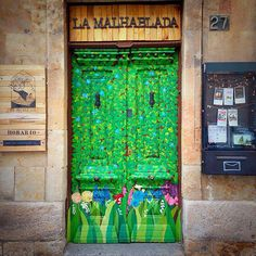 Front door of La Malhablada, a theatre in Salamanca, Spain Microteatro, decoración, teatro, vintage, artes escénicas, arte, diy, teatro. Salamanca.