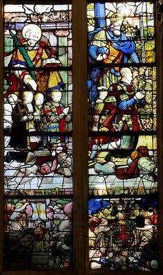 Analogie: Anne de Montmorency à l'église d'Acceul- ECOUEN, CHAPELLE, ST JEAN L'EVANGELISTE ET LES FILS DU CONNETABLE, 5: Sur le vitrail des filles du connétable sont agenouillées, dans l'ordre, Eléonore, Anne, Jeanne, Catherine et Louise. Dans la chapelle de Chantilly, ce vitrail a été remonté à l'envers (seule la date a été retournée à Chantilly) pour faire face à celui des fils. On ne connaît pas le nom du maître verrier qui en est l'auteur.
