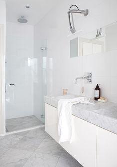 Få inspiration til hvordan du indretter badeværelset med marmor. Benyt helstøbt vask i marmor, store gulvfliser i marmor og tilbehør i marmor.