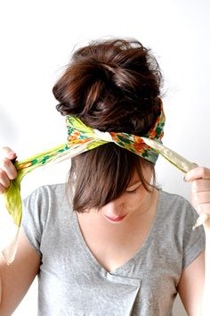 Tutorial for how to tie a simple head scarf. It's really, really easy. Start with a large, square scarf. Perfect for the beach in the summer!