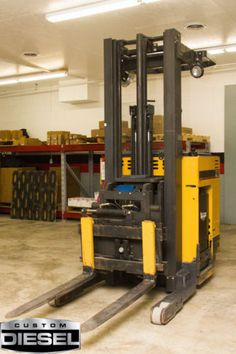 Forklift Caterpillar NR300 in good condition with new battery with charger.