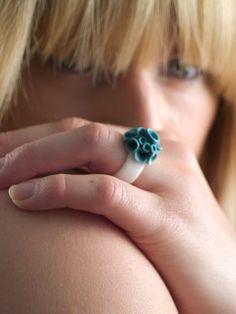 Baja Porcelain Ring  Turquoise and White Ring por MaaPstudio, £34.00
