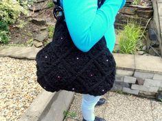 čierna kabelka s fialovými perličkami