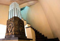 Restaurado, o Teatro Serra Maestra foi construído na década de 1930 e recuperou a exuberância arquitetônica e decorativa de outrora. No lobby, algumas peças têm influência Maia