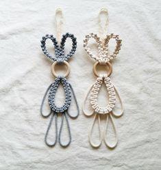 Macrame Rings, Macrame Knots, Micro Macrame, Macrame Wall Hanging Diy, Diy Keychain, Macrame Projects, Macrame Patterns, Easter Crafts, Crochet