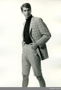 Man i rutig kavaj och ljusgrå kortbyxa med slag samt svart polotröja. Kläder för fritid tillverkad av Schwartzman & Nordström (Tiger-fabriken), Uddevalla 1968.
