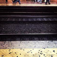 Dietro... e oltre la linea gialla. - Photo by @Fernanda_Curto