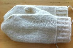 Man´s size mittens in twined knitting featuring decorations in crook stitch. Using crook stitch is very rewarding with white yarn since th. Cable Knitting, Knitting Stitches, Knitting Socks, Hand Knitting, Knitting Patterns, Knitting Projects, Knitted Mittens Pattern, Knit Mittens, Knitted Gloves
