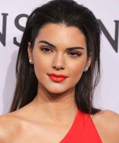 Make inspiração da top diva, Kendall Jenner! ✨ Os destaques são a pele (bem iluminada e contornada), os cílios enormes e o batom vermelhão. Um arraso!