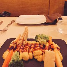 Hummus con crudités en @labrutamadrid Riquísima la comida genial sitio personal y sobretodo la compañía! Muy recomendable  #labruta #foodie #instafood #madrid #malasaña #delicious #yummy #healthyfood #friends #photooftheday #igers by nu__cool
