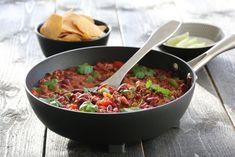 Chili con carne er en varmende rett med aner fra Texas. Retten består tradisjonelt av kjøtt og chili, men har her også fått selskap av tomater, bønner og løk. Spis den som en gryterett eller bruk den… Frisk, Tex Mex, Kung Pao Chicken, Tortilla Chips, Food And Drink, Ethnic Recipes, Foods, Chili Con Carne, Cilantro