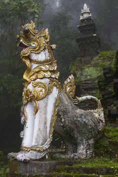Pelo Mundo...  Templo Wat Palad, Tailândia. Um leão mítico, de influência birmanesa no monastério na floresta,  montanha de Chiang Mai.