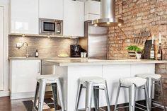 Biała kuchnia, ściana z surowej cegły