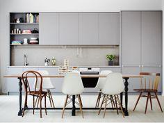 Cozinha cinza e mesa