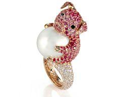 DE GRISOGONO - Anello Porcellino in oro rosa incastonato da 315 zaffiri rosa per 10,74 carati, 102 diamanti bianchi per 3,20 carati, 1 perla bianca da 17,5 mm e 2 diamanti neri da 0,09 carati. Gioielli animalier - Il Sole 24 ORE