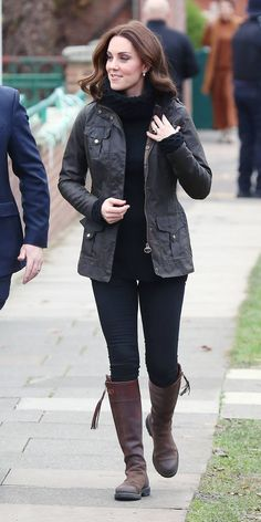 Kate Middleton rewore her beloved Penelope Chilvers riding boots while gardening with schoolchildren in London. Kate Middleton Outfits, Casual Kate Middleton, Looks Kate Middleton, Estilo Kate Middleton, Kate Middleton Fashion, Kate Und William, Prince William And Kate, Riding Boot Outfits, Riding Boots