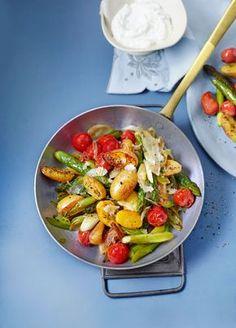Gebratener grüner Spargel mit Kirschtomaten und Kartöffelchen - perfekt für den Frühling