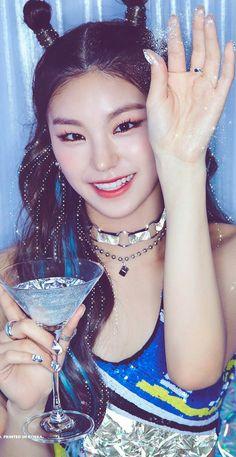 "MV "" ICY"" & Wallpaper lockscreen Fondo de pantalla HD iPhone K-pop Kpop Girl Groups, Korean Girl Groups, Kpop Girls, J Pop, Loona Kim Lip, Chica Cool, Girl Bands, Summer Makeup, Makeup Trends"